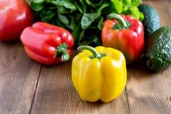 Сырцовые красивые желтые и красные перцы на деревянном конце салата предпосылки вверх по Vegetable еде здоровых и диеты Стоковые Изображения