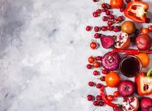 Сырцовые красные органические овощи с свежими ингридиентами для здорово варить на конкретной предпосылке, взгляд сверху Conce Veg стоковые фотографии rf