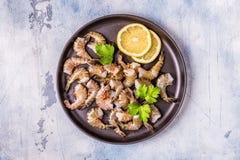 Сырцовые креветки с петрушкой и лимоном стоковые фото