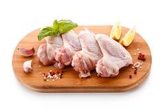 Сырцовые крыла цыпленка на разделочной доске Стоковые Фото
