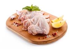 Сырцовые крыла цыпленка на разделочной доске Стоковое Изображение