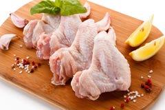 Сырцовые крыла цыпленка на разделочной доске Стоковые Изображения RF
