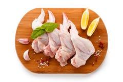Сырцовые крыла цыпленка на разделочной доске Стоковые Фотографии RF