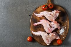 Сырцовые крыла цыпленка с специями на разделочной доске r стоковые изображения rf