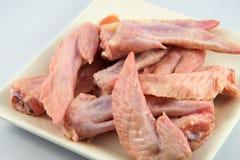 Сырцовые крыла цыпленка на плите Стоковые Изображения RF
