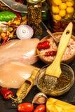 Сырцовые куриные грудки Подготовка для барбекю лета Диета диеты Сырое мясо на гриле Жарить время стоковое изображение
