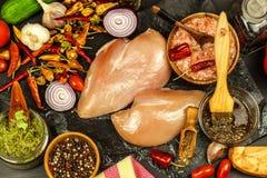 Сырцовые куриные грудки Подготовка для барбекю лета Диета диеты Сырое мясо на гриле Жарить время стоковая фотография