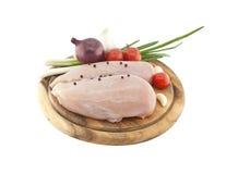 Сырцовые куриные грудки на деревянной разделочной доске с овощем, isol Стоковые Фото