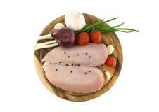 Сырцовые куриные грудки на разделочной доске, изолированной на белизне Стоковое фото RF