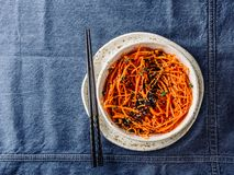 Сырцовые лапши моркови или спагетти, взгляд сверху стоковые изображения rf