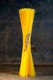 Сырцовые макаронные изделия на деревенской таблице стоковая фотография rf