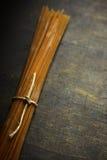 Сырцовые макаронные изделия на деревенском стоковое фото rf