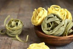 Сырцовые макаронные изделия шпината и яичка Стоковая Фотография