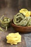 Сырцовые макаронные изделия шпината и яичка Стоковое Изображение RF