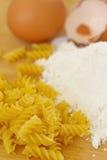 Сырцовые макаронные изделия, яичка и мука Стоковые Фото