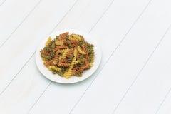 Сырцовые макаронные изделия fusilli в белой плите Стоковое Изображение