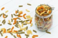 Сырцовые макаронные изделия fusilli на стеклянном опарнике Стоковое Изображение