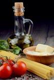 Сырцовые макаронные изделия spagetti на таблице Стоковые Изображения RF