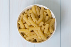 Сырцовые макаронные изделия tortiglioni в белом шаре Стоковые Фото
