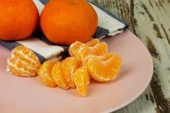 Сырцовые мандарины, tangerine приносить весь и в частях Стоковые Фото