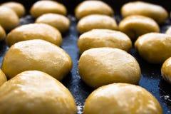 Сырцовые маленькие плюшки перед печь Стоковая Фотография