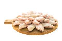 Сырцовые мясо и крыло цыпленка на деревянных разделочной доске или плите Стоковое Изображение