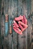 Сырцовые нервюры говядины с винтажной вилкой мяса и ножом мясника стоковое изображение rf