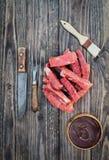 Сырцовые нервюры говядины с соусом BBQ и накладывать щеткой деревянная предпосылка стоковые изображения