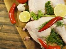 Сырцовые ноги цыпленка на деревянном, доска плиты питания подготовки специи кухни лимона птицы зеленеют Стоковые Изображения RF