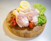 Сырцовые ноги цыпленка на деревянной круглой доске на белой предпосылке Стоковое Изображение RF