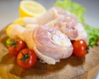 Сырцовые ноги цыпленка на деревянной круглой доске на белой предпосылке Стоковые Фото