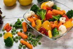 Сырцовые овощи отрезали в части в шаре стоковые изображения