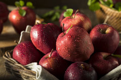 Сырцовые органические красно- очень вкусные яблоки Стоковое Фото