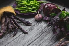 Сырцовые органические овощи на серой деревянной доске стоковое фото