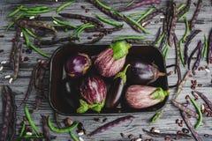 Сырцовые органические овощи на серой деревянной доске Стоковое фото RF