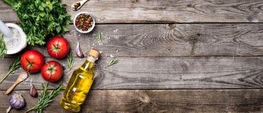 Сырцовые органические овощи с свежими ингридиентами для здорово варить на винтажной предпосылке Концепция Vegan или еды диеты стоковое изображение rf