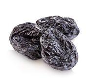 Сырцовые органические черносливы, высушенные сливы, который курят конец-вверх черносливов на белой предпосылке Стоковые Изображения RF