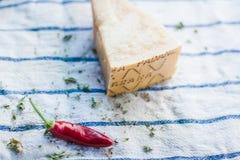 Сырцовые перцы chili в белом шаре с травами стоковая фотография rf