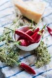 Сырцовые перцы chili в белом шаре с травами стоковое изображение rf