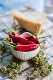 Сырцовые перцы chili в белом шаре с травами стоковое изображение