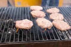 Сырцовые пирожки бургера варя на куря гриле Стоковые Изображения