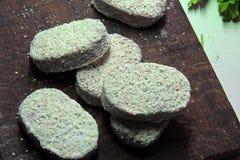 Сырцовые пирожки на доске Стоковые Изображения RF