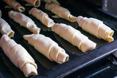Сырцовые плюшки в печи Стоковые Фотографии RF