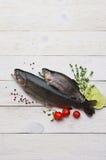 Сырцовые рыбы форели на белой доске стоковые изображения