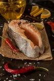Сырцовые свежие рыбы форели стейка на бумаге, вокруг зеленых цветов, листья, lett Стоковые Фото