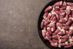 Сырцовые сердца цыпленка в сковороде Стоковые Изображения