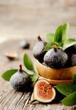 Сырцовые смоквы в деревянном шаре, селективном фокусе Стоковые Фотографии RF