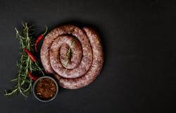 Сырцовые сосиски говядины на лотке чугуна, селективном фокусе Стоковые Фотографии RF