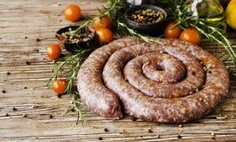 Сырцовые сосиски говядины, селективный фокус стоковые фото