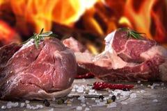 Сырцовые стейки говядины и отбивные котлеты овечки Стоковая Фотография